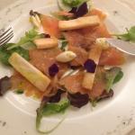 Salmone Affumicato Artigianalmente con sfere all'olio extravergine di oliva, riccioli di burro e
