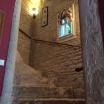 Le superbe escalier pour accéder aux chambres