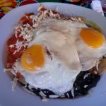 Enchiladas divorciadas con huevos estrellados.