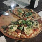 Pizza com alcachofras, linguiça Blumenau e manjericão fresco