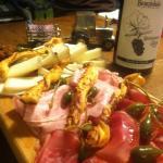 Planche apéro charcuterie fine et fromages locaux