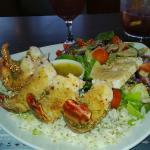 Délectez-vous de nos repas de fruits de mer. Sur cette photo, langoustines et salade grecque. Mi