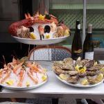 Notre écailler est votre disposition pour composer votre plateau de fruits de mer