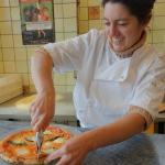 """La patronne """"haute en couleurs"""" tranche la pizza !"""