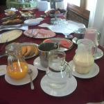 Yogures, jugo, queso, jamón, melón, sandía, etc. para el desayuno