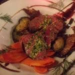 Rôti de bœuf avec légumes (carottes, courgette et aubergine) et aneth fraîche