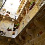Wewnętrzne patio z balkonikami przy większych apartamentach