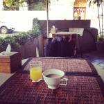 享用早餐時看著路邊的街景