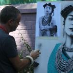 Artiste  etranger en plein travail pour une exposition à la galerie.