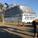 Океанский лайнер в порту, откуда отходят кораблики на Мариэттас айлендс