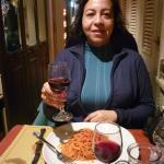 Disfrutando de un delicioso spaghetti con salsa pomodoro, más un grato vino tinto.