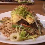 Taiwan Nudeln, Car-siu, Eieromlettstreifen, würzige Sacha Soße