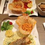 Saumon/sauce provençale ou sauce oseille/risotto dans corbeille parmesan