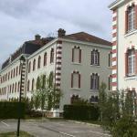 enkele gebouwen van de hotelaccommodatie naast elkaar