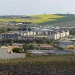 de voormalige kazerne gefotografeerd vanuit de wijnbergen