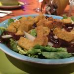 Salade (poire, oignons rouges, croutons de polenta)