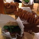 Cheesburger e patate alla paprika