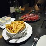 Plats de viande, frites, choix de sauces et plats de salade
