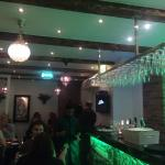 Liten trevlig restaurang vid lilla torg, gott om gäster