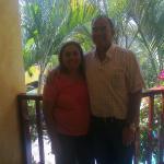 Marietta y Jorge desde el balcón de la habitación