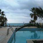 Между отелем и морем только маленький бассейн