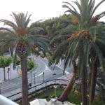 вид на другую сторону, за пальмами цветной фонтан