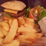 Excellent burger savoyard à la raclette. (Meilleur qu'il n'en a l'air) 12€