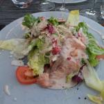 Escalopine de saumon poêlée à la framboise su salade de saison