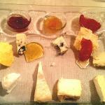 Antipasto di formaggi con marmellate, mostarda e miele..da provare assolutamente