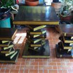 Table et sièges à l'entrée