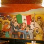 Paredes pintadas con personajes mexicanos