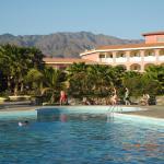 Poolbereich und Blick aufs Hotel