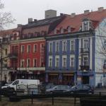 Отель (красное здание)