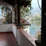 Terrasse und Zugang zu den Zimmern