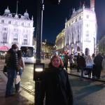 picadilly, frente a los enormes carteles luminosos