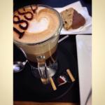 Moka (cioccolato, latte e caffè) e biscotto con cioccolato e frutta secca