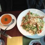 シーザーサラダ鶏肉付き トマトとバジルのスープ