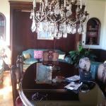 Salle à manger, son lustre et sa table