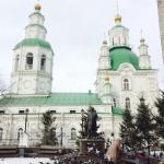 L église et la statue de Surikov