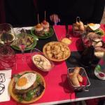 Un repas copieux emprunt de partage et de convivialité et toujours accompagné d'un bon vin! Gros