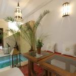 détente et sérénité au bord de la piscine et fontaine du riad Oasissime