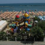 Spiaggia con spazio gioco