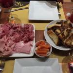Tagliere di salumi con pane di Matera e verdurine in agrodolce:semplicemente DIVINO!