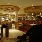 gezellige hotel entree ruimte met bar en open haard