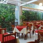 Restaurante com vista para área verde