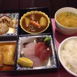 レギュラー弁当 写真右下の白身魚の揚げ煮が美味しかった。ご飯がすすむ味付け。野菜がとにかく少ないです。タンパク系は十分な量。