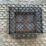 Ventana escamada con reja cruzada Palacio Godínez s XV