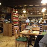 Le restaurant, dans un style vieille école sans exagération.