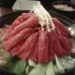 le bouillon de légumes ( champignons, chou pak choy, carottes, udon), raviolis et fines lamelles