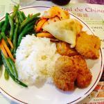 Riz et légumes, poulet mariné, samoussa, nuggets